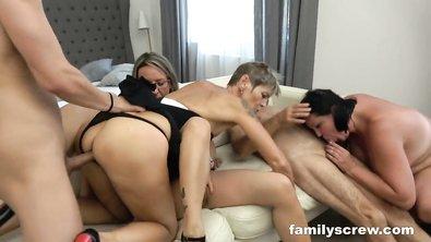 Старые и молодые участники сексуальной оргии были сняты на видео владельцем съёмной квартиры