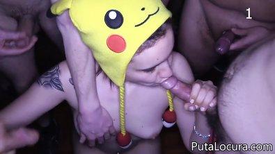 Молодая жопастая телка в желтой шапке Пикачу отсасывает хуи по кругу и дает в анал