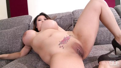 Мясистая азиатка с накачанными дойками показывает киску и мастурбирует в разных позах