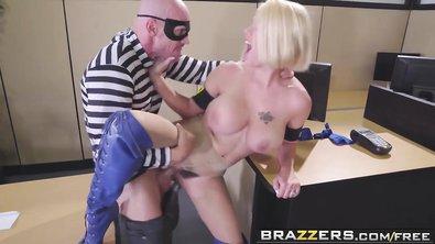 Красивой блондинке пришлось репетировать откровенную сексуальную сцену прямо на работе