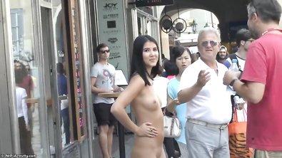 Красивая голая девушка гуляет по улице Чехии и шокирует европейских туристов