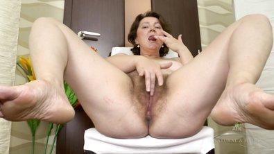 Пожилая женщина мастурбирует большую волосатую пизду и лижет заросшие подмышки