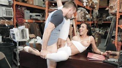 Сочная зрелка в белых леггинсах удовлетворила все запросы капризного покупателя в подсобке