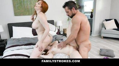 Рыжеволосые мать и дочь с большими титьками делят один член на двоих
