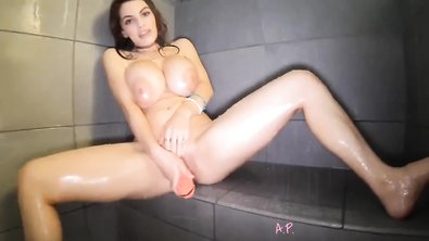Красотка трахает дилдо огромными силиконовыми дойками и мастурбирует в душе