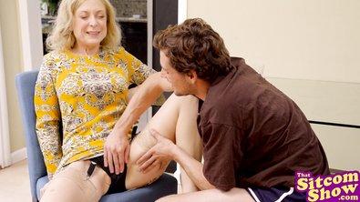Молодой парень лижет бабкину пизду и доводит ее до оргазма в пародийном видосе