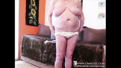 Толстая бабка с огромными титьками показывает свою волосатую пизду крупным планом