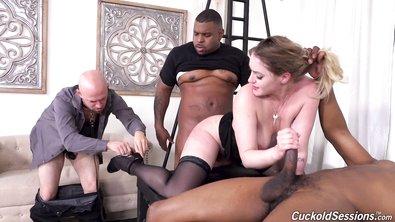 Муж наблюдает за жесткой еблей симпатичной жопастой жены с двумя хуястыми нигерами