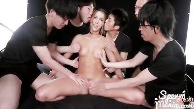 Японцы своими маленькими членами наполнили бритую пизду грудастой стройняшки спермой до самых краев