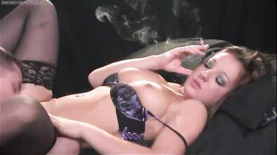 Грудастая зрелка в лифчике курит, пока ее натягивают на большой член