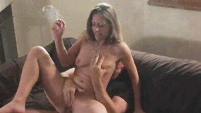Старое домашнее порно с курящей бабой, которая садится на хуй и делает минет с сигаретой