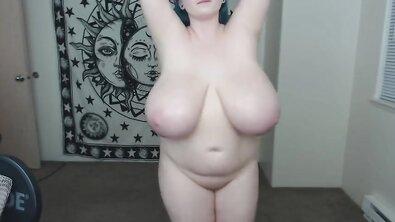 Толстая бабища с синими волосами тискает огромные настоящие сиськи перед камерой