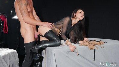 Стройную азиатку на высоких каблуках жестко протрахал ее брутальный господин
