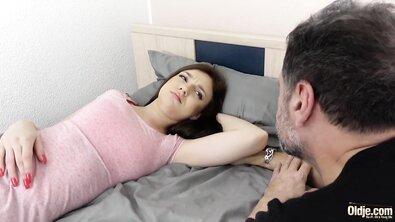 Молодую девку со стоячими сиськами жестко оттрахал взрослый отчим
