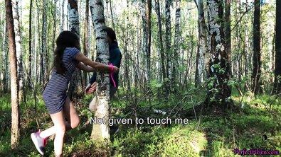Молодую русскую девку в очках жестко оттрахали на природе