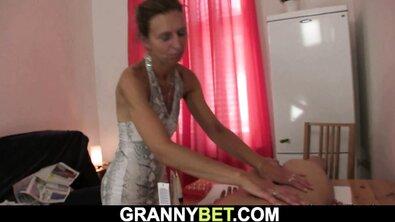 Старая тощая бабка придумала способ взять за щеку у своего внука