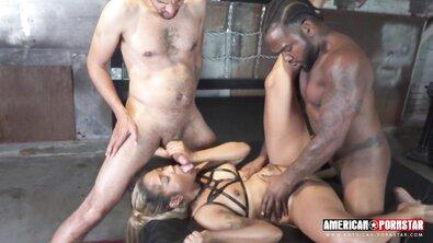 Бисексуальные негры выебали мулатку большими черными членами в формате МЖМ