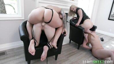 Две властных лесбиянки на высоких каблуках в латексе позабавились со своими рабынями