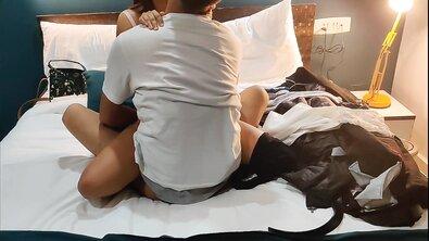 Индианку с натуральными сиськами выебали на камеру в отеле