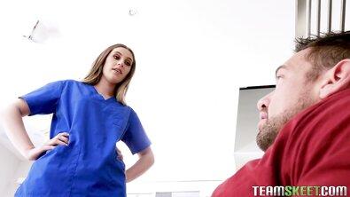 Белокожая студентка с волосатой пиздой стала обратной наездницей для своего отчима