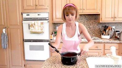 Симпатичная рыжеволосая самка поебалась со сводным братишкой прямо на кухне