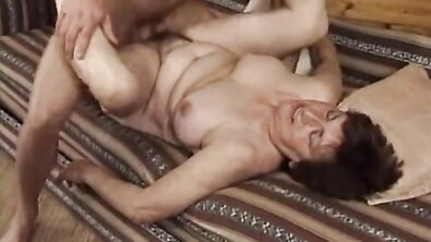Грудастая бабка с волосатой пиздой после смерти деда подалась в порно