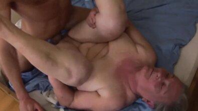 Старая жирная бабка после душа запрыгнула в постель к своему внуку