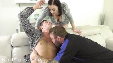 Пухлая таксистка с натуральной грудью напросилась в МЖМ к гей-парочке