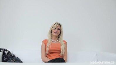 Стройную грудастую блондинку на порнокастинге трахнули от первого лица