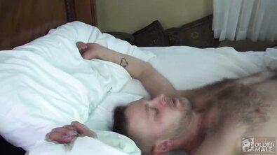 Мускулистый гей в отеле спросонья выебал в жопу любовника без презерватива