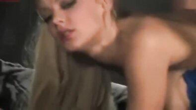 Сексуальная светловолосая шлюха курит даже во время секса