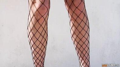 Сексуальная телка с силиконовыми дойками и большой жопой кайфанула на гигантском хуе