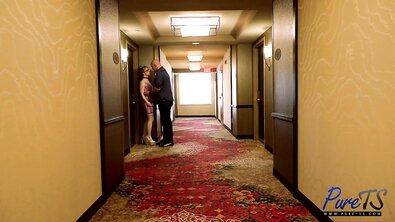 Транс с бантом насаживается аналом на большой хуй и делает минет в отеле