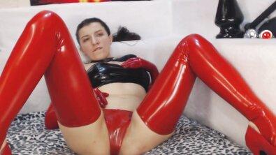 Русская вебмодель в красном латексе фистит жопу большими анальными шарами и огромным дилдо