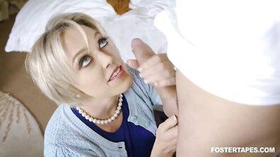 Красивая пухлая зрелка с большими дойками попросила пасынка кончить ей внутрь