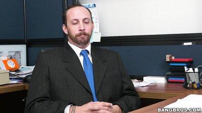 Сисястую секретаршу жестко выебали толстым хуем прямо в офисе