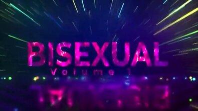 Бисексуальный МЖМ: пара самцов пригласила в койку стройную брюнетку