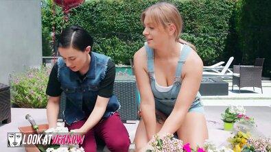 Пухлая лесбиянка с глубокой глоткой изменила своей девушке с хуястым соседом