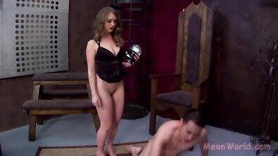 Властная госпожа заставил раба вылизывать свою пизду и стройные ножки