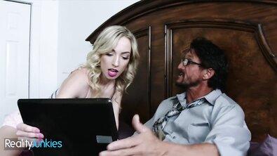 Кудрявая безгрудая блондинка застукала отчимом за просмотром порно и понеслось