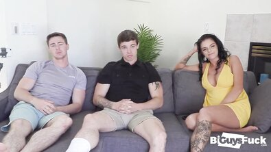 МЖМ: бисексуальные парни пригласили третьей загорелую кудрявую студентку