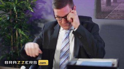 Красивую зрелку с силиконовыми буферами босс выебал в жопу прямо в офисе