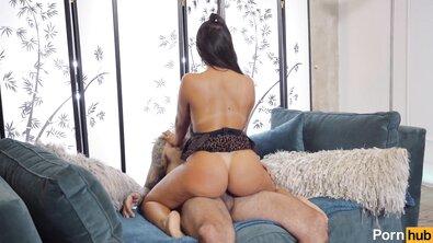 Татуированный жеребец жестко выебал загорелую мясистую телку с большими сиськами и задницей
