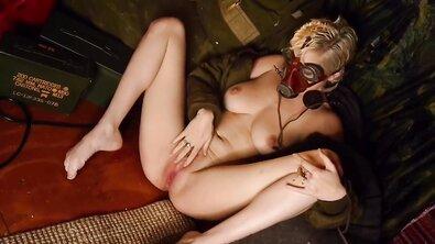 Хрупкая блондинка с короткой стрижкой трахает себя большим патроном