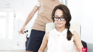 Хрупкую секретаршу в очках круто оттрахали на работе в формате МЖМ