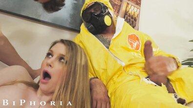 Худая блондинка с большими сиськами делит член бойфренда с его другом