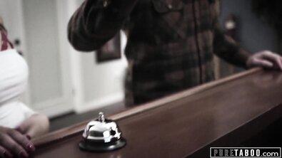 Стройной брюнетке в отеле обильно накончали внутрь бритой пизды