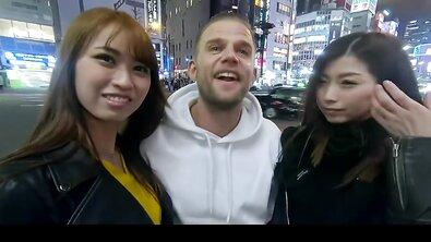 Японочек с интимной стрижкой жестко протрахал в формате ЖМЖ хуястый турист из Америки