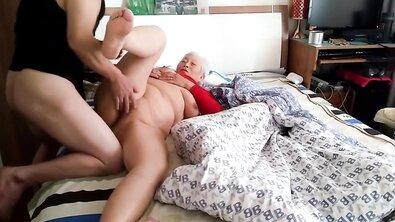Толстую китайскую бабку оттрахали в жирную письку и накончали ей внутрь
