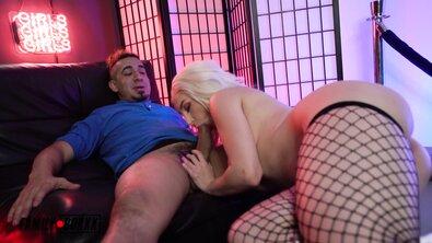 Пришлось доплачивать красивой проститутке в чулках в крупную сетку за сперму во рту